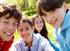 Quatre jeune adolescents souriant